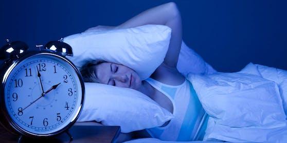 Eine Frau leidet unter Schlafstörungen.