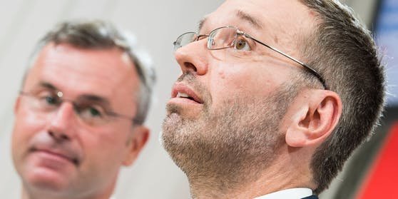 Dunkelblaue Wolken an der FPÖ-Spitze: Herbert Kickl (rechts) stichelt weiter gegen Parteichef Norbert Hofer