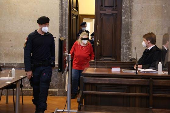 Die Angeklagte (73) vor Gericht, Anwalt Vogler (r.)
