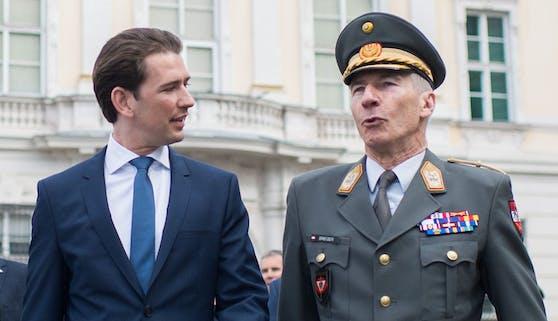 Bundeskanzler Sebastian Kurz (ÖVP) und Generalstabschef Robert Brieger bei einer Kranzniederlegung. Archivbild, 2018.