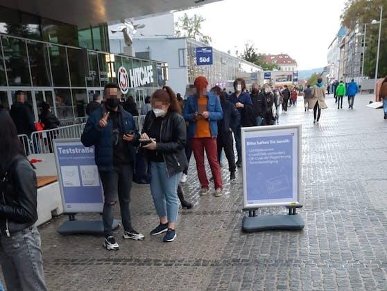 Die Warteschlnage vor der Teststraße bei der Wiener Stadthalle am Tag der Gastro-Öffnung.