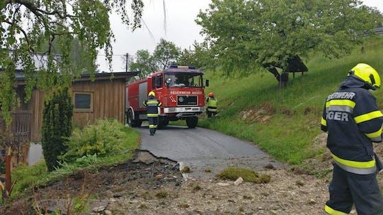 In Anger (Bezirk Weiz) krachte am Mittwoch (19. Mai 2021) ein Kran in ein Wohnhaus.