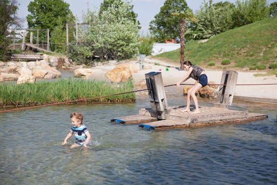 Auf Wiens Wasserspielplätzen (wie hier auf der Donauinsel) ist Spielespaß und Abenteuer garantiert.
