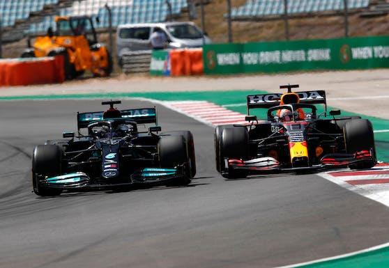 Lewis Hamilton schlägt Max Verstappen.