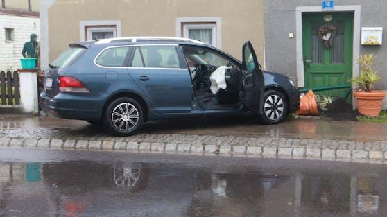 In Polling krachte ein VW-Fahrer mit seinem Wagen gegen eine Hausmauer.