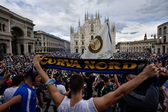 Menschenmassen feiern den Meistertitel von Inter vor dem Mailänder Dom.