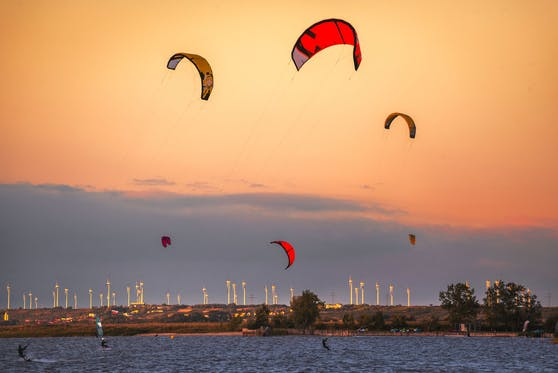 Symbolfoto von Kitesurfern in Podersdorf.