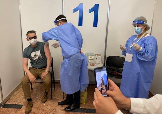 Ein Rumäne erhält eine Corona-Impfung in einem Impfzentrum in Bukarest. Symbolbild