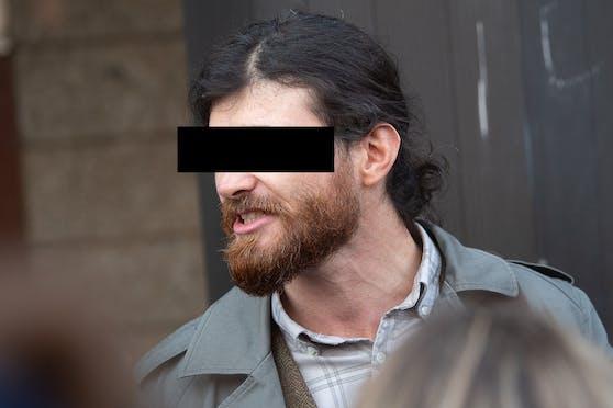 Der Bundeswehr Soldat Franco A. wollte laut Anklage als syrischer Flüchtling getarnt einen Terroranschlag verüben, um so Ressentiments gegen Muslime zu schüren.