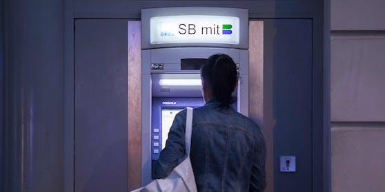 Bankomat: Bargeld-Behebung an einem Gerät in Wien. (Archivfoto)
