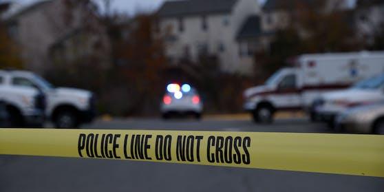 Bei einer Hausentrümpelung wurden zwei Leichen gefunden. Der Eigentümer des Hauses und ein Einbrecher, den er vor Jahren erschossen hatte. (Symbolbild)