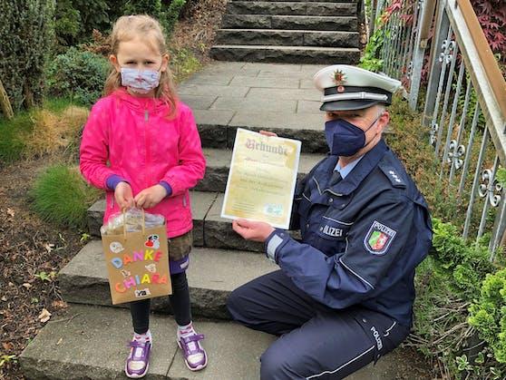 Die Polizei bedankt sich bei der 6-jährigen Chiara für ihr vorbildliches Verhalten.