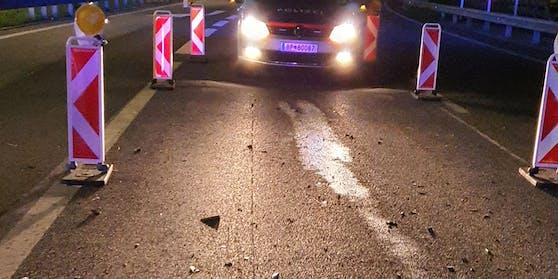 Die Ölspur und Teile des Unfallautos könnten den Fahrerflüchtigen enttarnen.