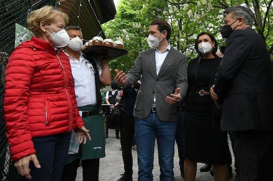 (v.l.) Bundeskanzler Sebastian Kurz (ÖVP), Landwirtschaftsministerin Elisabeth Köstinger (ÖVP) und Vizekanzler Werner Kogler (Grüne) am 19. Mai 2021 im Schweizerhaus in Wien.