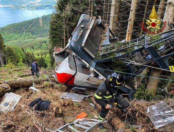 Italienische Feuerwehrleute durchsuchen die Trümmer.