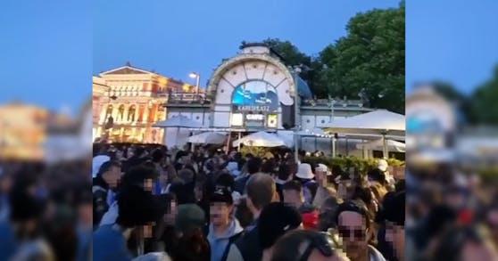 Am Pfingstsonntag wurde ein gigantischer Rave am Karlsplatz veranstaltet.