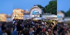 Hunderte Wiener feiern Maskenlos-Party am Karlsplatz