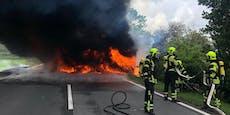 Wohnmobil ging auf der B10 in Flammen auf