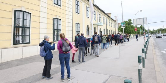 Lange Warteschlangen am Montag vor der Orangerie Schönbrunn.