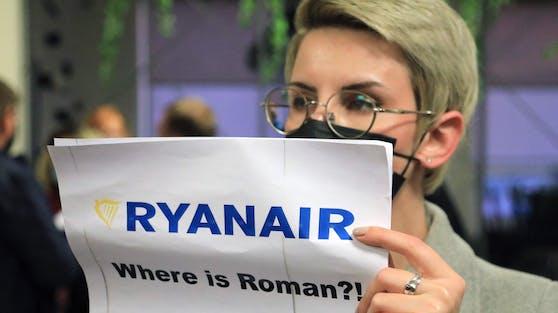 """""""Ryanair, wo ist Roman?!"""" Damit begrüßten Unterstützer des belarussischen Exil-Oppositionellen Roman Protasewitsch die Ryanair-Maschine in Vilnius."""
