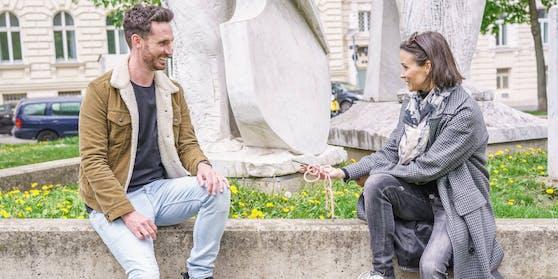 """Sänger James Cottrial beim Interview mit """"Heute""""-Redakteurin Romina Colerus im Votivpark."""