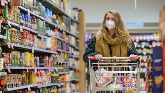 Einkaufen mit FFP2-Maske: Geht es nach der Regierung, soll bald auch wieder nur ein normaler Mundschutz reichen.