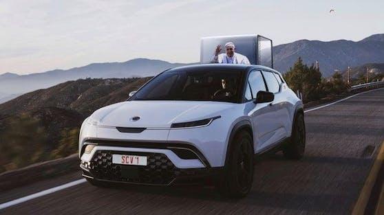 In diesem veganen E-Auto - gefertigt in Graz von Magna Steyr - soll Papst Franziskus ab Ende 2022 ein Bad in der Menge nehmen.