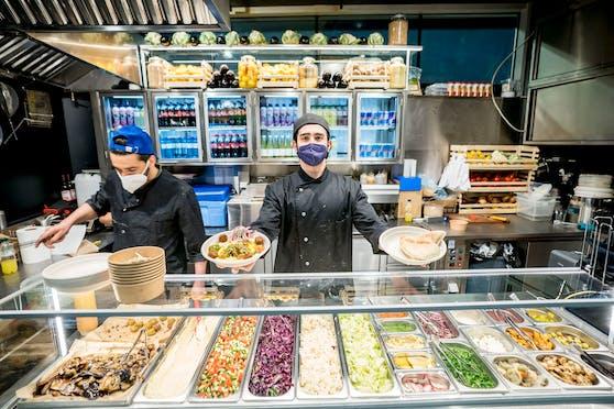 Beim vegetarischen Streetfood-Lokal Taim am Schottentor bekommt die Laufkundschaft israelische Streetfood Klassiker wie Sabich, Hummus, Falafel und Salate.
