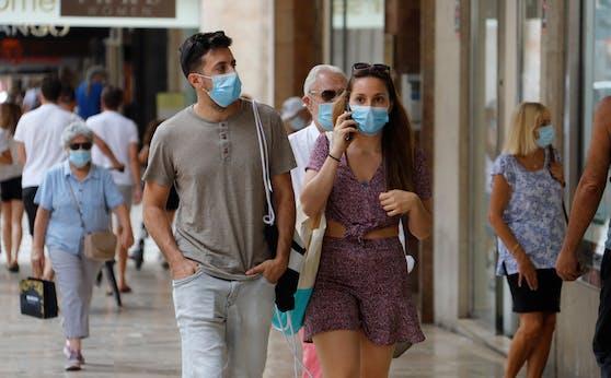 Statt der FFP2-Maske soll in vielen Bereichen künftig ein einfacher Mund-Nasen-Schutz ausreichen.