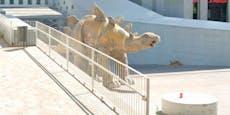 Mann klettert in Pappmaché-Dinosaurier und stirbt