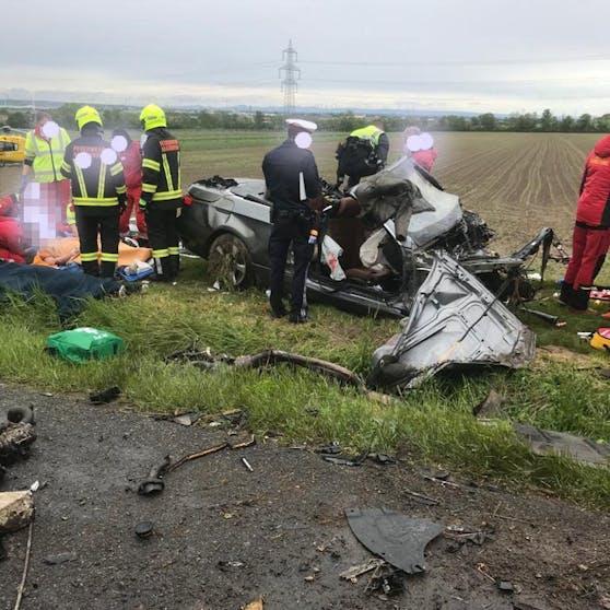 Drama in Hagenbrunn: BMW-Lenker rast mit Cabrio in den Tod.