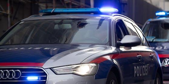 Fahrzeuge der Wiener Polizei befinden im Einsatz. Symbolbild