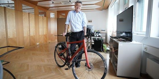 Zehn Kilo will Kogler abnehmen, fünf sind schon weg, das Fahrrad im Büro kann wenig dafür.
