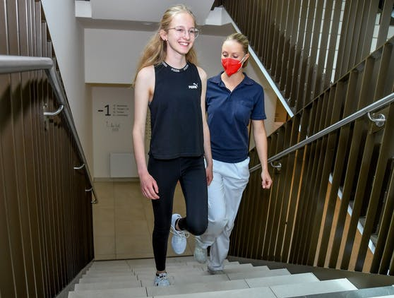 Katharina kämpfte lange mit den Folgen ihrer Corona-Erkrankung, tat sich sogar beim Treppensteigen schwer.