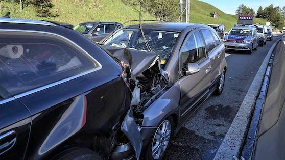 Sieben Personen wurden bei dem Crash verletzt.