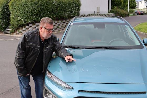 Peter Oehler zeigt den Schaden an seinem Auto.