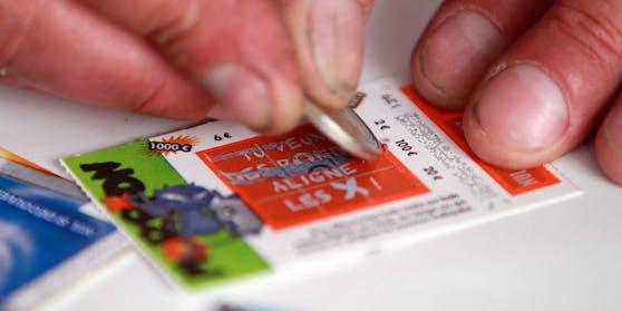 Eine Frau in den USA hat mit ihrem Rubellos gleich doppelt Glück gehabt: Nachdem sie es weggeworfen hatte, entdeckte der Ladenbesitzer den Schein wieder – und darauf waren die Gewinnzahlen eingetragen.