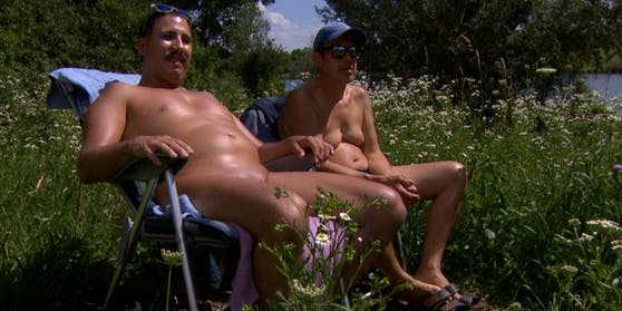 Chris (l.) und sein Freund genießen die Sonnenstrahlen auf der Donauinsel am liebsten nackt.