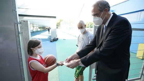 Bei seinem Besuch kontrollierte der Minister auch die Ninja-Pässe der Schüler.