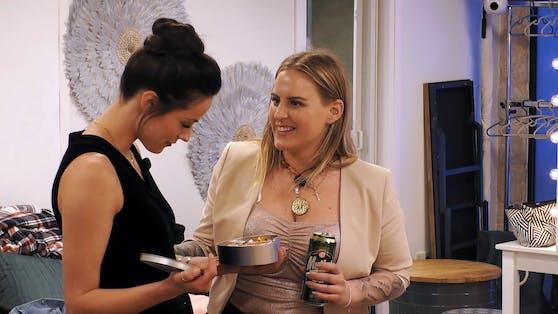 Österreicherin Sonja (r.) sucht das Gespräch mit Princess Charming Irina.