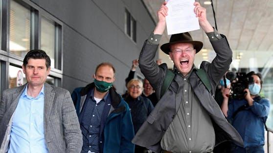 Klimaaktivist Donald Pols feiert das Urteil.