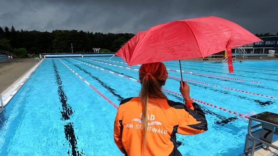 Der Freibadstart im Mai fiel durch den vielen Regen ins Wasser. Symbolbild