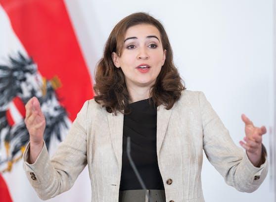 """Justizministerin Alma Zadic (Grüne) am 25. Mai 2021 im Rahmen der Pressekonferenz """"Reform des Maßnahmenvollzugs"""" im Bundeskanzleramt in Wien."""