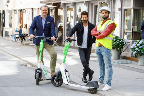Dieter Steup, WK Wien-Bezirksobmann für die Innere Stadt, und Jashar Seyfi, Geschäftsführer des E-Scooter-Verleihers Lime in der DACH-Region, mit dem Scooter-Ordner