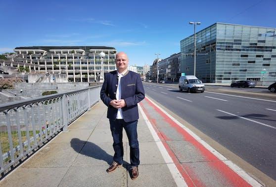 Markus Hein (FPÖ) setzt weiter auf den roten Radweg auf der Nibelungenbrücke.