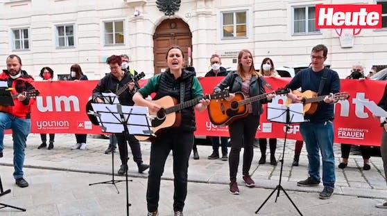 Kindergärtner protestieren musizierend vor dem Bildungsministerium.