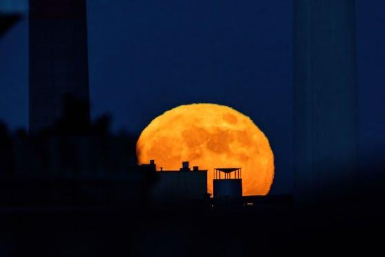 Ein Foto zeigt den Mond gegen 21:09, wie er zwischen den Schornsteinen vom Kraftwerk Simmerin, aufgeht. Man sieht gut die Unschärfe, welche dem Luftflimmern geschuldet ist. Die anderen beiden Fotos wurden gegen 21:45 im Stadtpark aufgenommen.