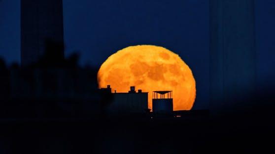 """Dieses Foto zeigt den """"Super-Mond"""", wie er zwischen den Schornsteinen vom Kraftwerk Simmering, aufgeht."""