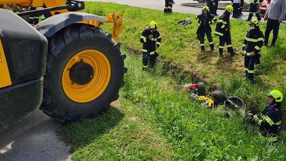 Der Mann wurde unter dem Rasenmähertraktor eingeklemmt.