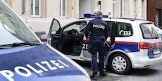 Mann tritt vor Polizeiinspektion auf Funkwagen ein